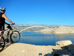 On the bike along the fields of salt of the Pag's salt factory